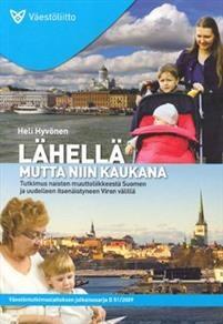 Kaksi perhettä Tallinnan ja Helsingin kaupunkimaisemien edessä.