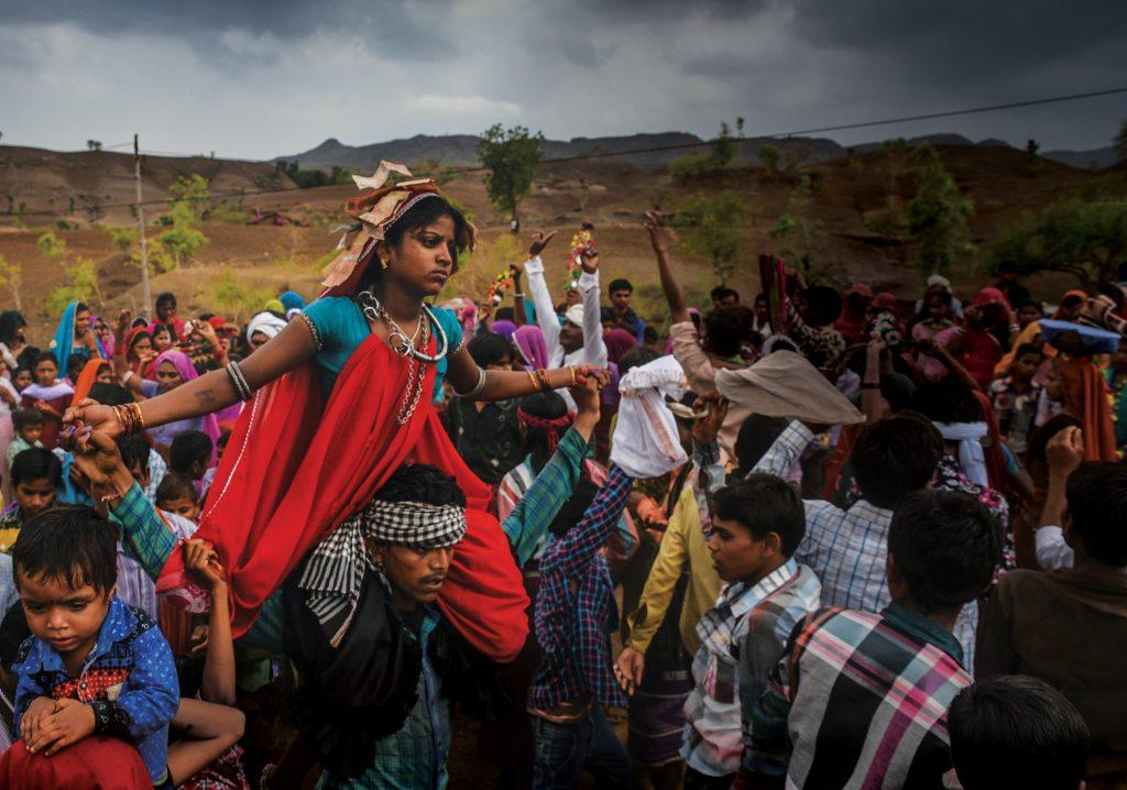 Veli kuljetta siskoaan lapsiavioliittoon väkijoukon keskellä