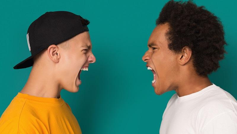 kaksi poikaa huutaa toisilleen