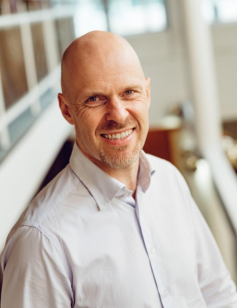 Taousjohtaja Petri Räsänen hymyilee