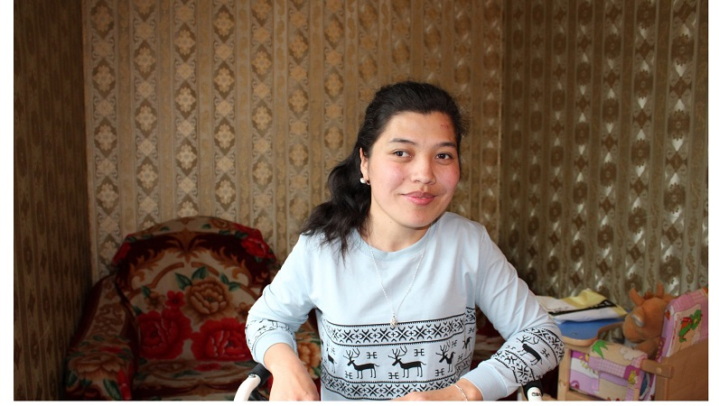 nainen hymyilee kodissaan
