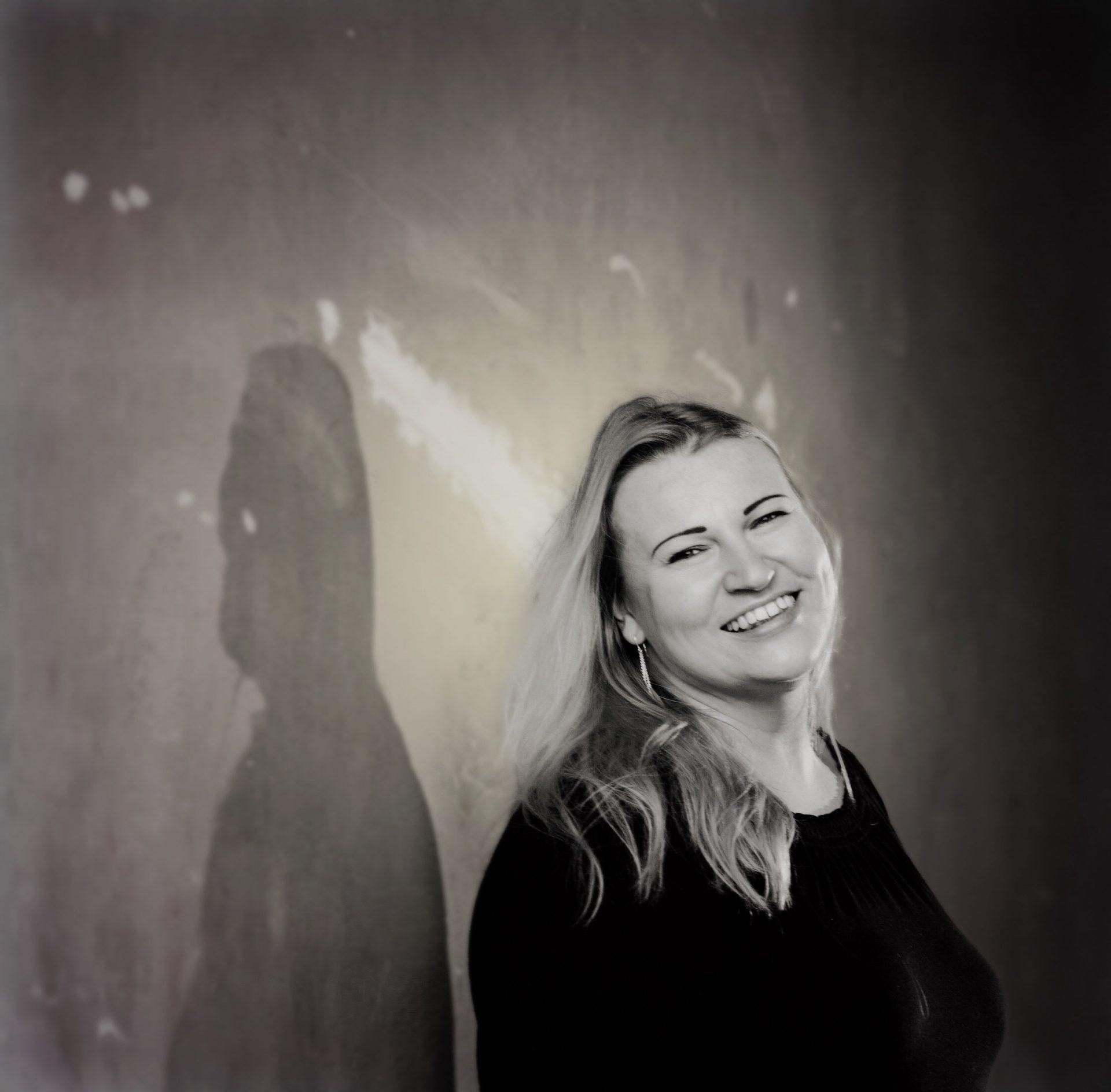 Mustavalkoinen kuva Gunta Ahlforsista, hymyilee.