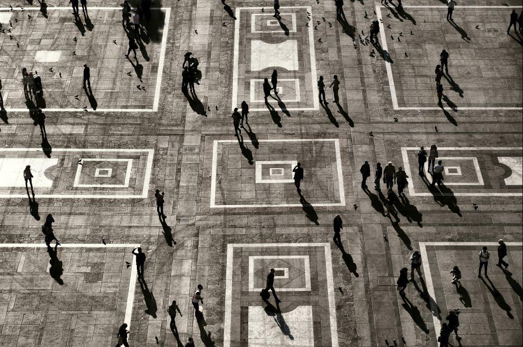 Lintuperspektiivistä otettu kuva joukosta ihmisiä torilla.
