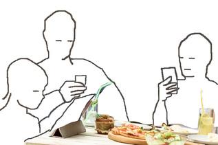 Piirros perheestä ruokapöydän ääressä, jossa kaikki selaavat puhelimiaan.