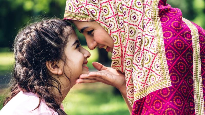 Äiti ja tytär ovat lähekkäin otsat vastakkain.