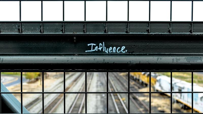 Aidan läpi näkyy rautatie ja lukee influence. Photo_ Elijah Macleod