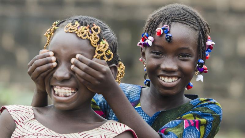 Kaksi nuorta tyttöä, ehkä Afrikassa.