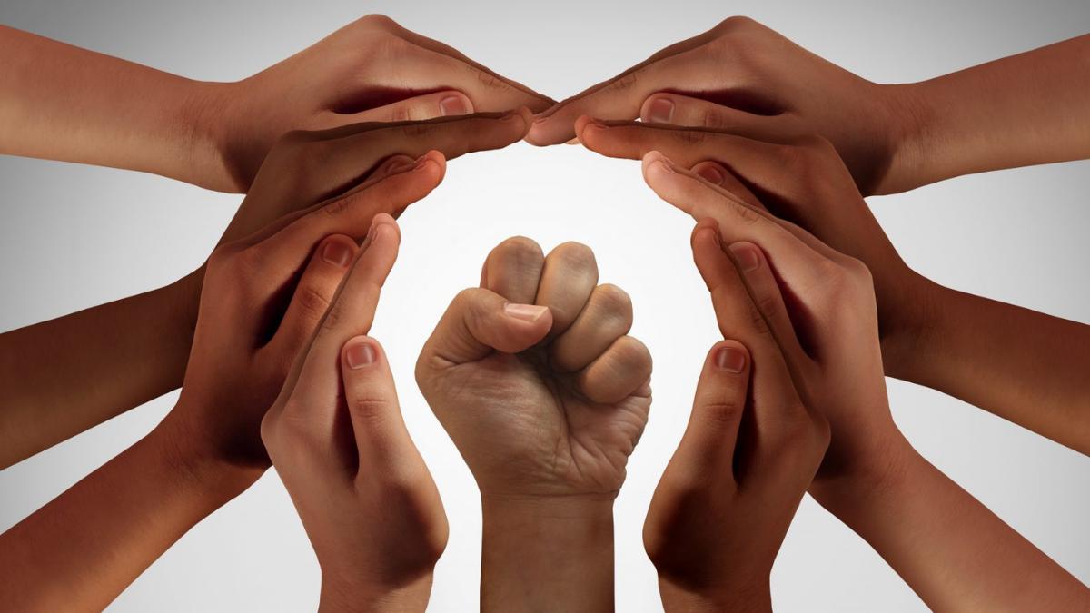 Ihmisten kädet muodostavat yhdessä ympyrön kehän.