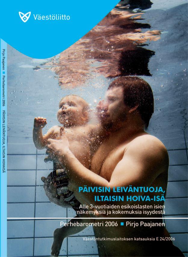 Poika isänsä sylissä uima-altaassa veden alla.