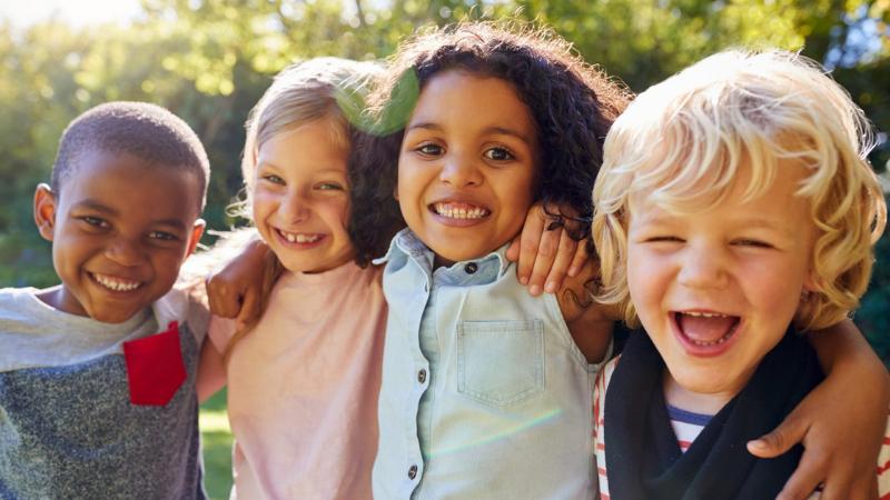 Iloisia lapsia, monikulttuurinen.