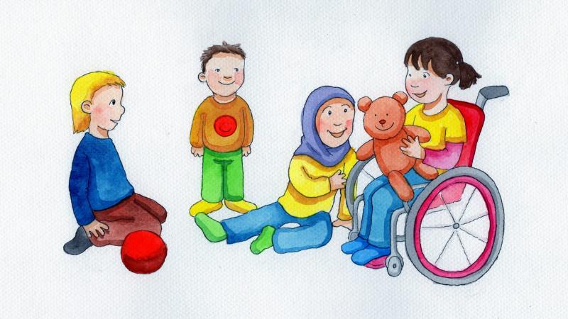 Kuvassa neljä lasta ja leluja. Yksi lapsista istuu pyörätuolissa ja yhdellä lapsella on huivi.