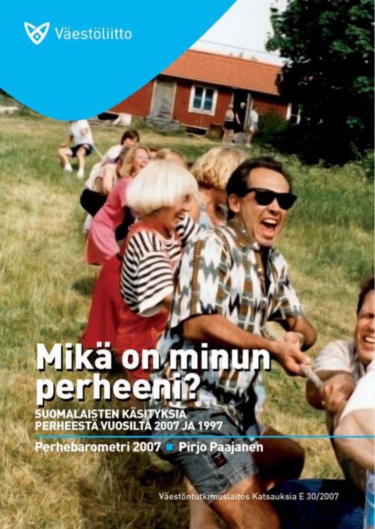Naurava ihmisjoukko leikkii köydenvetoa kesäisellä pihamaalla.