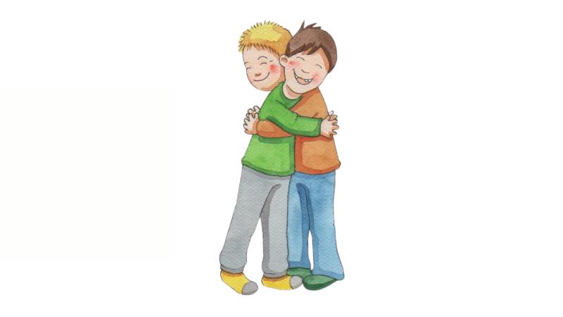 Pienet pojat halaavat toisiaan iloisina.