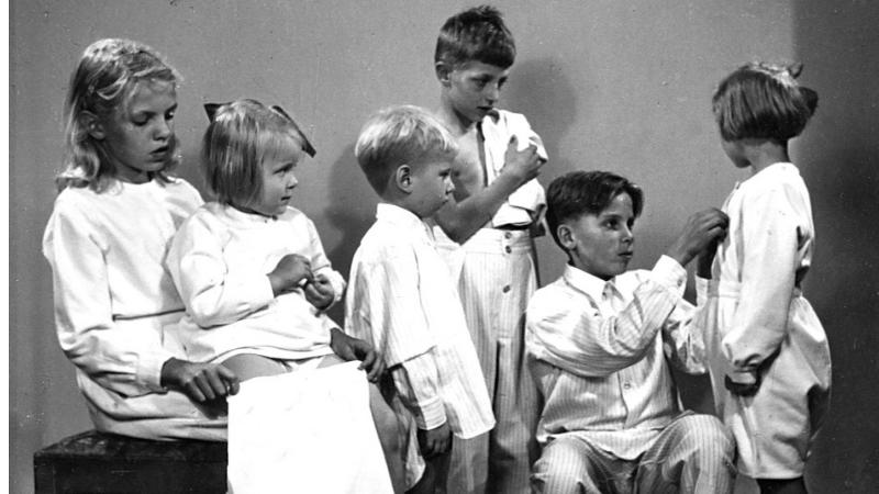 Ryhmä lapsia, joilla Väestöliiton toimittamat yöpuvut päällä.