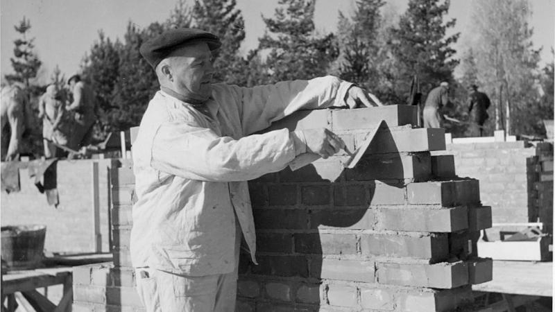 Mies muuraa perustuksia Tapiolan rakentamisen aikaan.