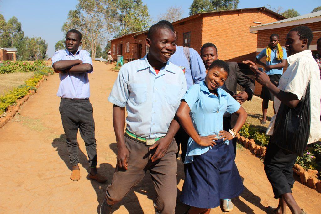 Iloisia nuoria Malawissa.