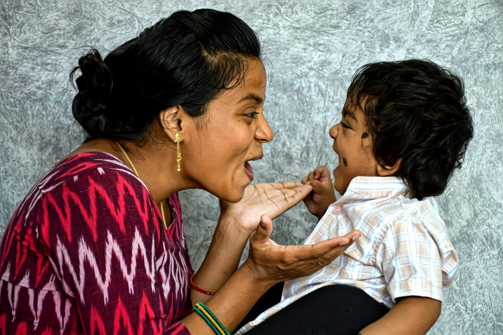 intialainen nainen ja lapsi sivusta kuvattuna
