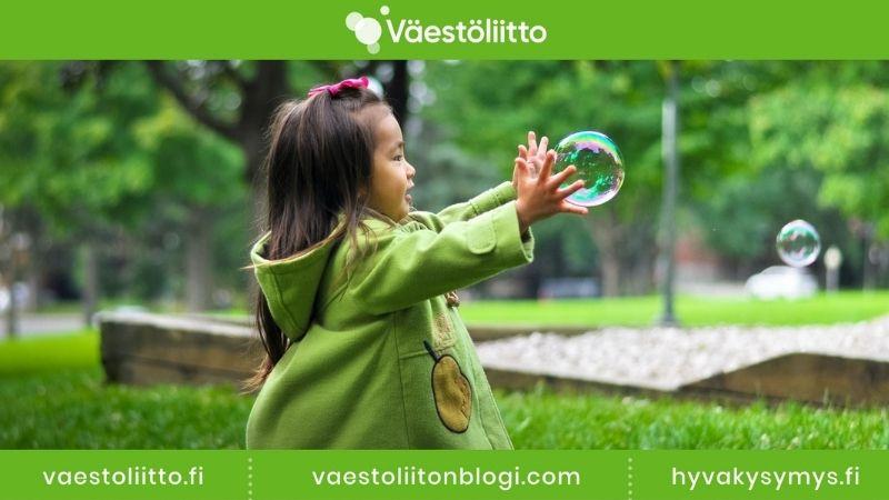 Uutiskirjeen näyttökuva, kuvassa pieni tyttö jahtaa saippuakuplia.